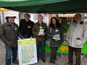 Die Kandidatinnen und KAndidaten für die Fraktion von Bündnis 90/Die Grünen am Wahlstand in Schopfheim.