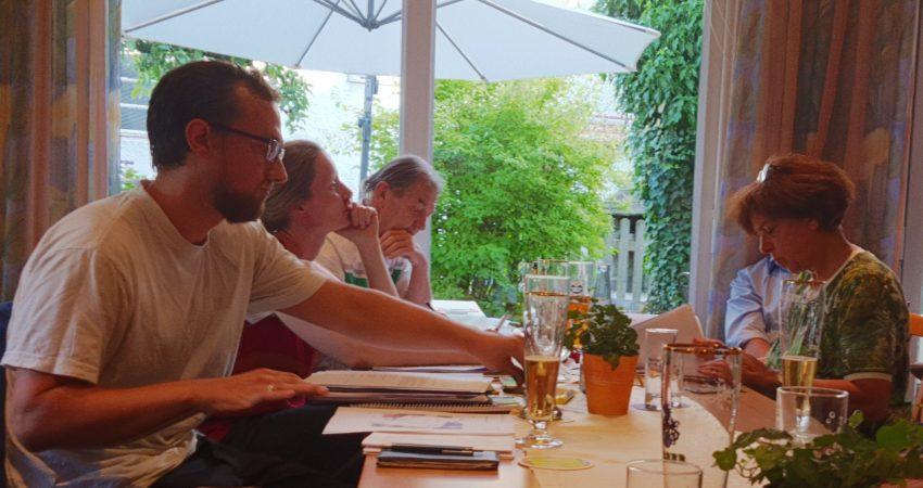 Ein Teil der Fraktion von Bündnis 90/Die Grünen bei einer Fraktionssitzung am 9. Juli im Gasthaus Adler in Schopfheim.