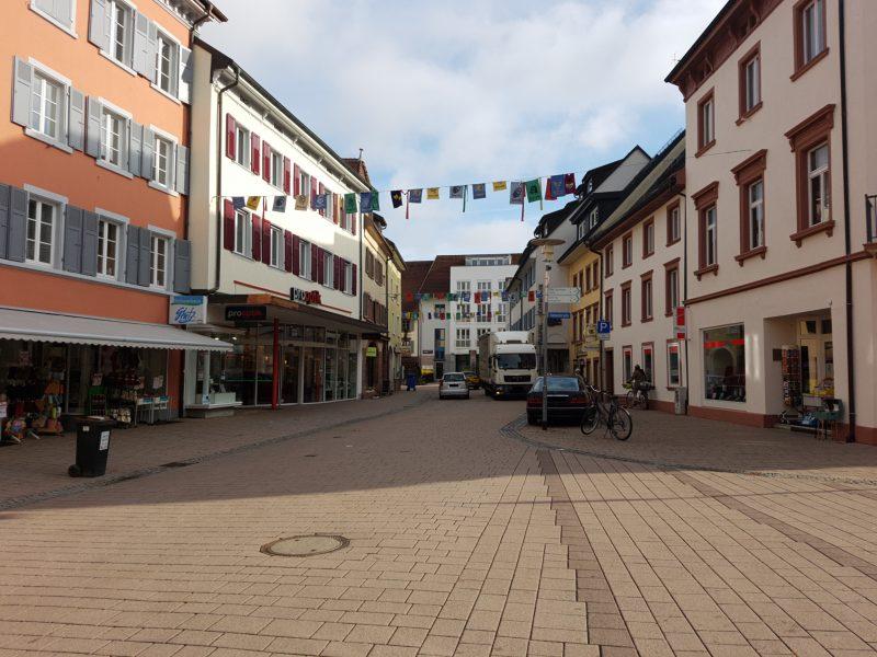 Blick von der Kreuzung Haupstraße/Hebelstraße in Richtung Pflughof. Lieferant verstopft die Straße.