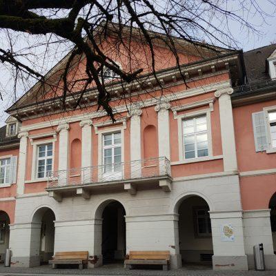 Ein teil der Front des Rathauses der Stadt Schopfheim.