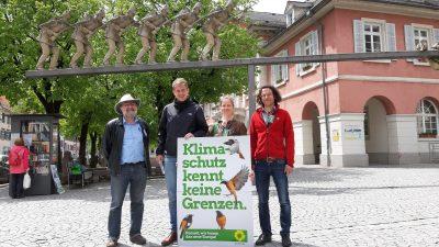 Vor der Lenkplastik in Schopfheim stehen von links nach rechts: Michael Straub, Michael Bloss, Marianne Merschhemke und Sebastian Prigge