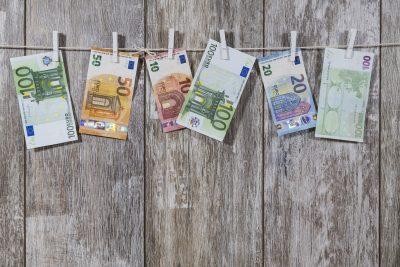 Euro Scheine hängen an einer Wäscheleine
