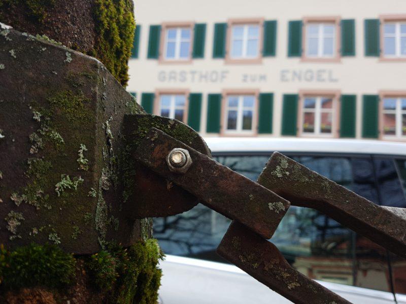 Teil eines Kettengliedes von den Stahlketten am Schopfheimer Marktplatz