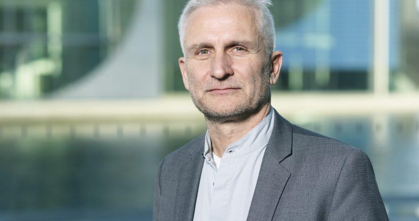 Gerhard Zickenheiner in Berlin vor einem Kanal