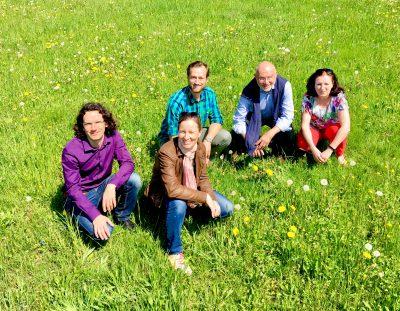 Sebastian Prigge, Marianne Merschhemke, Felix Straub, Jürgen Fremd und Giesela Schleidt sitzend in einer Wiese